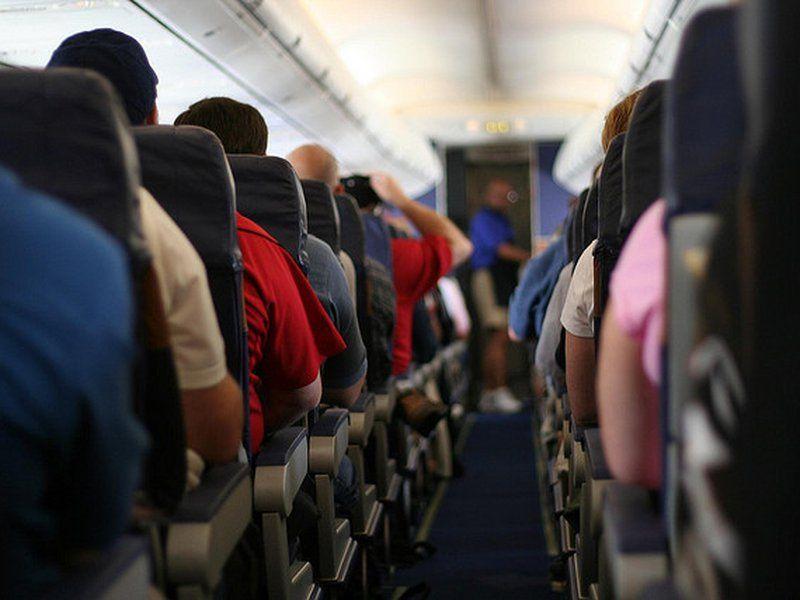 Этот хам не хотел отключать телефон в самолете. Тогда к нему вышел пилот и послушай, что было!