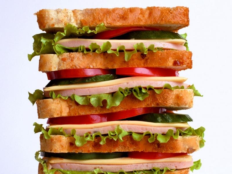 Ребята очень слаженно сработали и покончили с бутербродом!