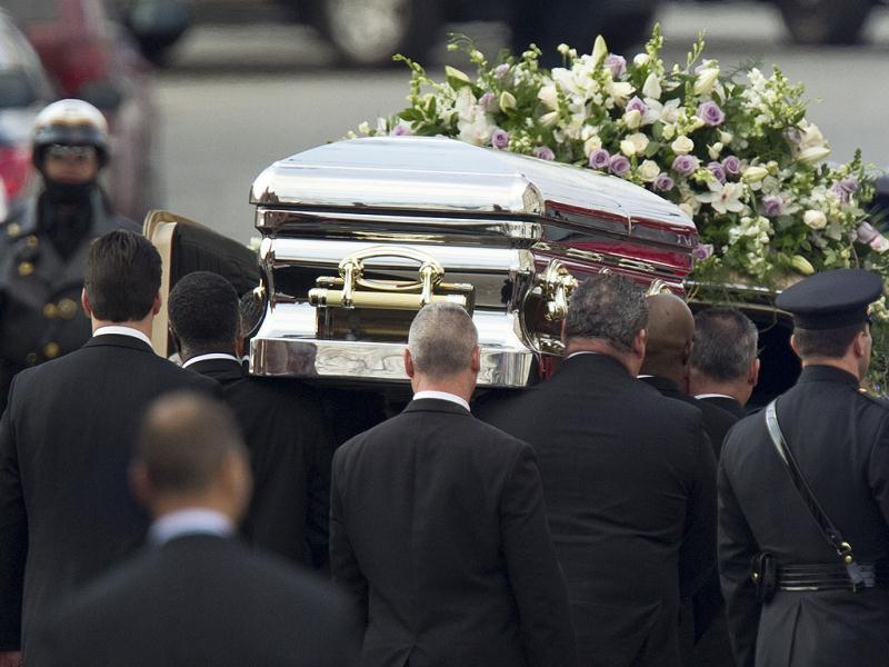 Они были озадачены, когда эти люди пришли на похороны дедушки. Потом они узнали причину…