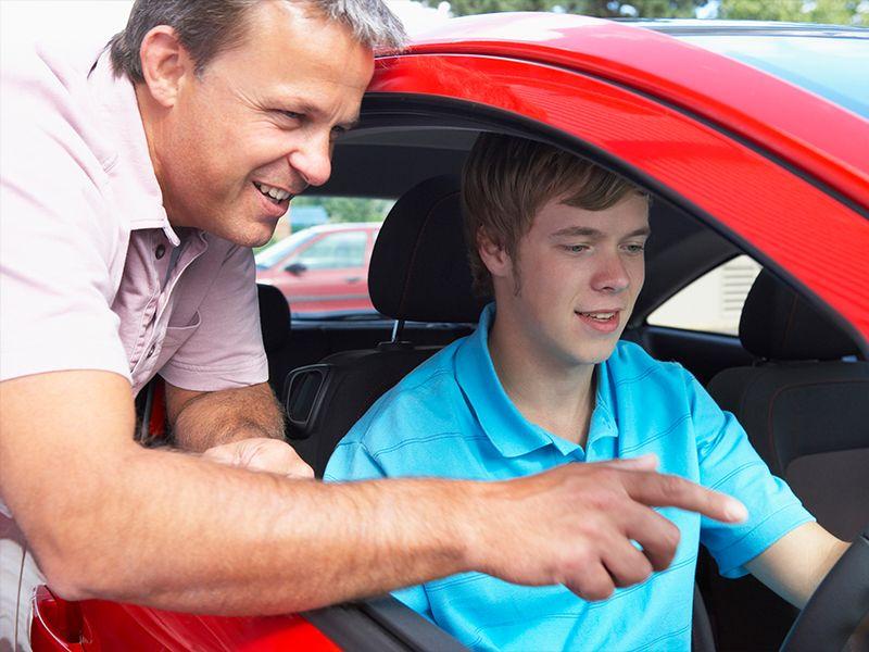 Подросток взял своего отца в свою первую поездку на машине, но то, что папа сказал – это нечто!