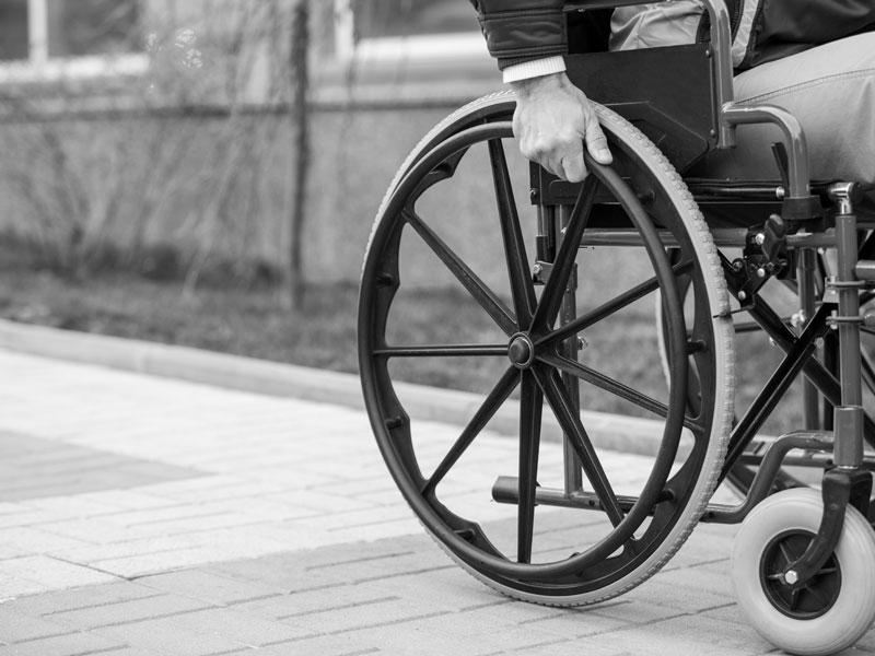 Ветеран-инвалид услышал крики о помощи и бросился спасать, несмотря ни на какие преграды!