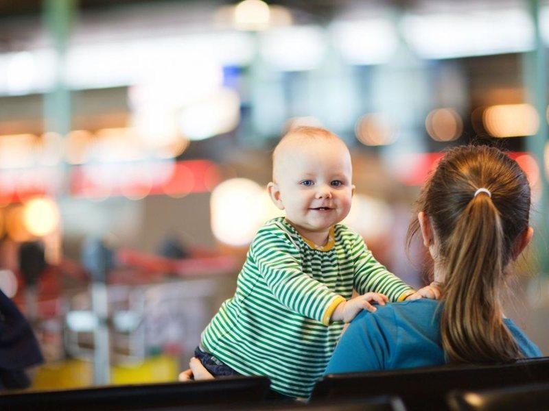 Малыш и его беременная мама в аэропорту просто не знали что делать. Только посмотри, что совершили незнакомые женщины!