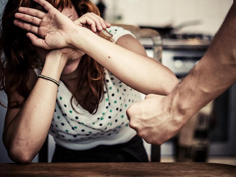 Ее бывший парень преследовал и пытался разорвать нынешние отношения. Но, парень не дал в обиду!