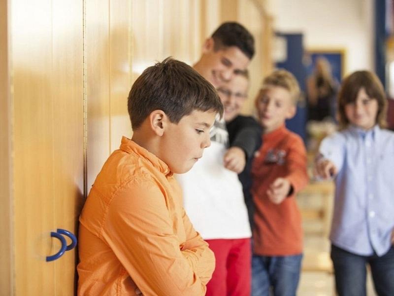Над маленьким мальчиком насмехались школьники из-за старых ботинок. Настоящий поступок защитника!