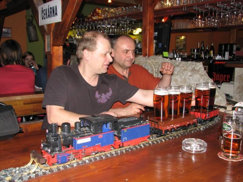 Этот бармен придумал невыполнимые задания. Но нашелся смельчак!