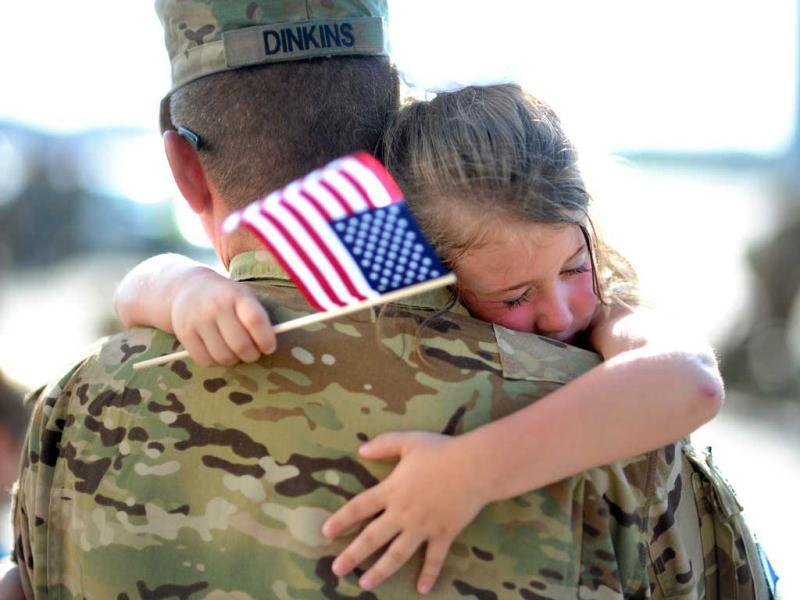 Девочка и ее мама подошли к солдату в аэропорту. Они никогда не думали, что он это сделает!