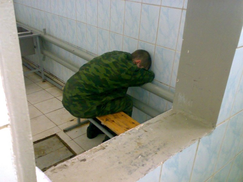 Этот солдат заснул пьяный в правильном направлении!