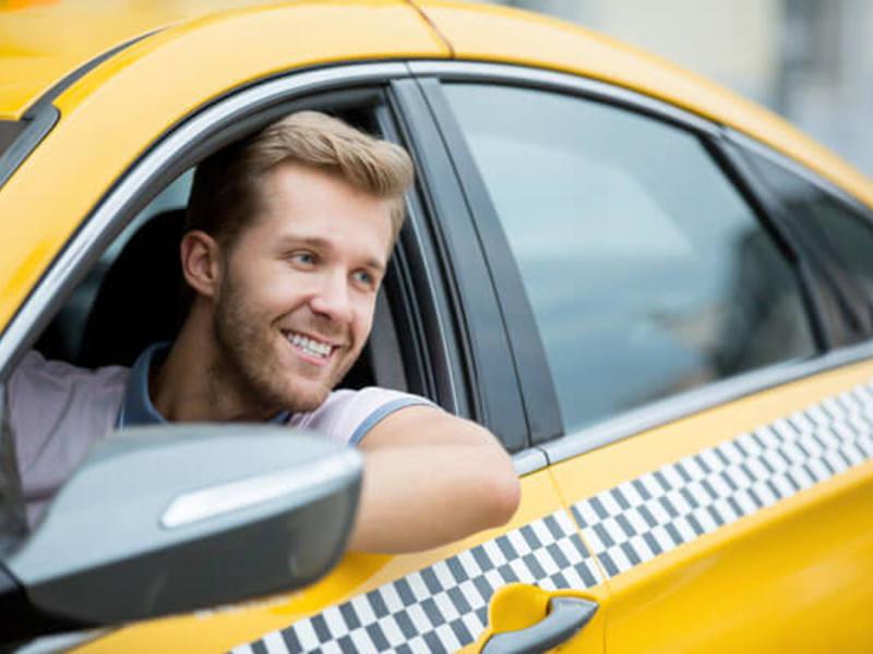 Его жена просто сидела и слушала диалог в такси!