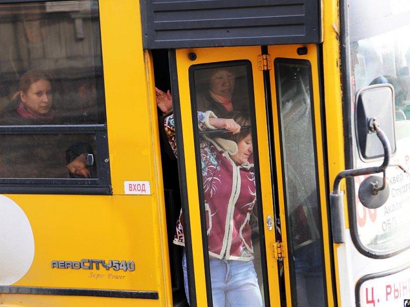 Женщина никак не могла попасть в автобус из-за узкой юбки. Что было дальше – весело!