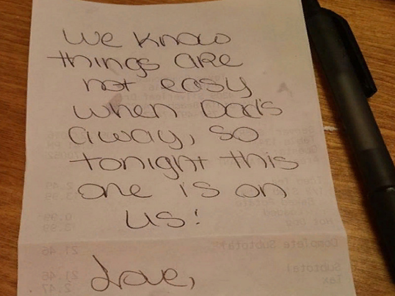 Эта официантка заметила, что мама и сын были в кафе одни. То, что они сделали заслуживает уважения!