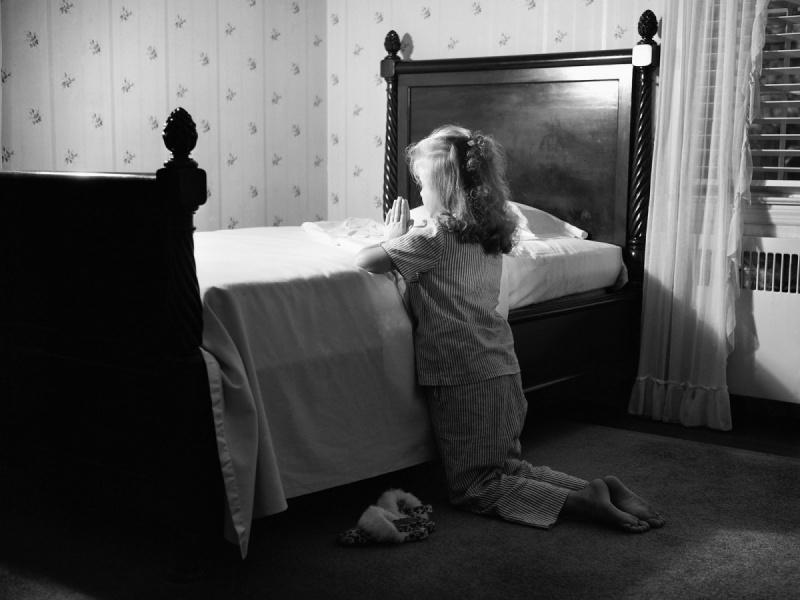 Мама находит свою маленькую дочку молящейся в спальне. Только послушай, о чем она просила!