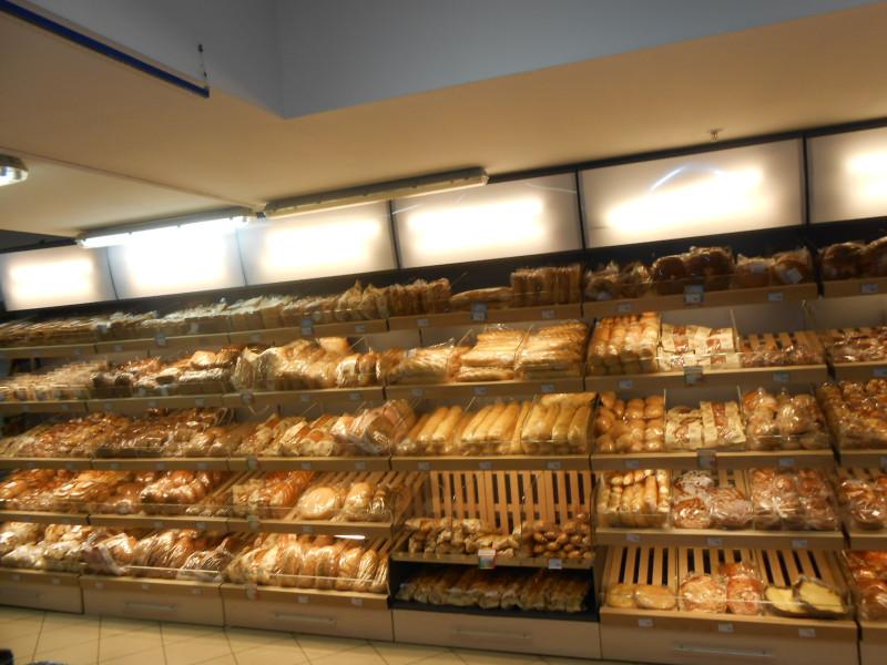 Продавщица хлеба носила очень короткую юбку. Только послушай, что устроили ей покупатели мужчины!