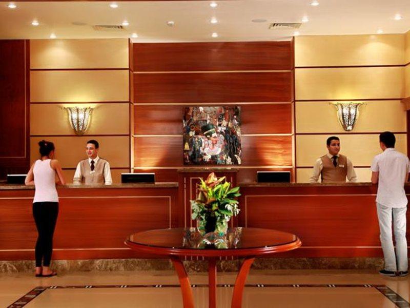 Менеджер отеля придумывал разные причины, почему отель так дорог. Но, пожилых людей лучше не трогать!