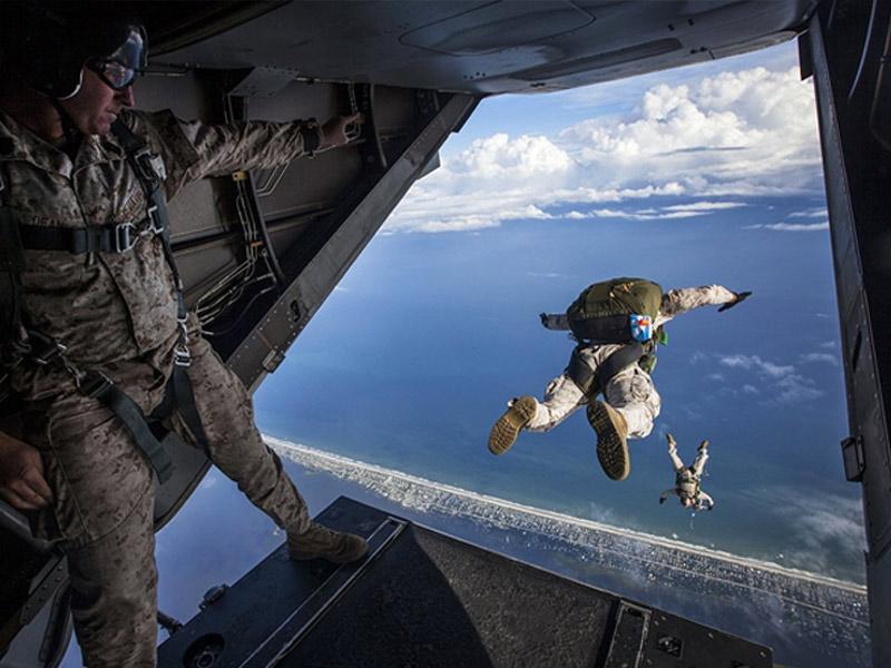 Солдат во время первых тренировок в небе не смог решиться прыгнуть. Сержант тогда так пригрозил!