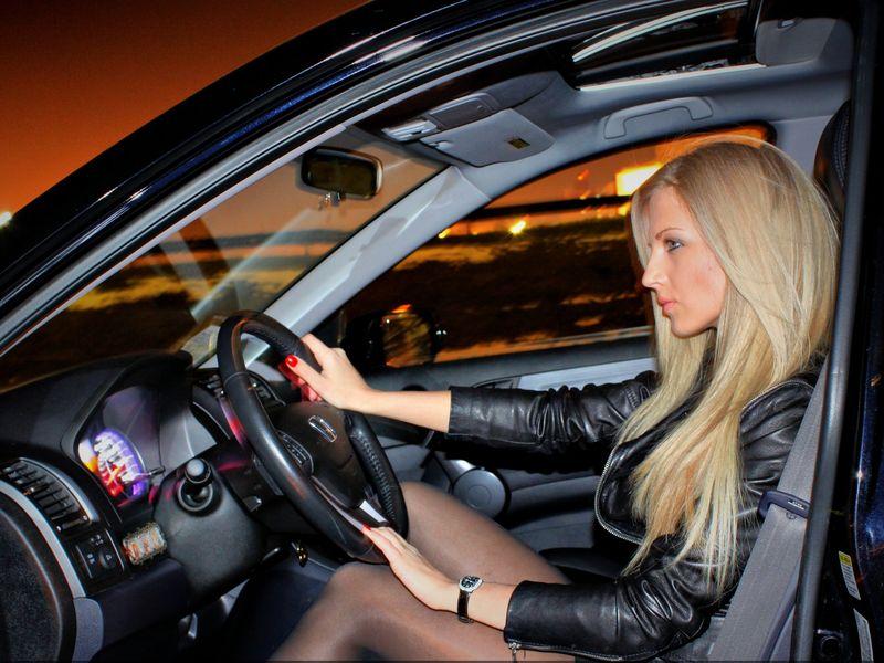 Эта блондинка взяла кредит 5000 долларов под залог крутейшего авто. Причину этого стоит прочесть!