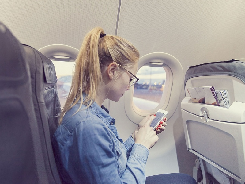 Женщина в первом классе отказывается вернуться в свою часть самолета. Послушай, что придумал второй пилот!
