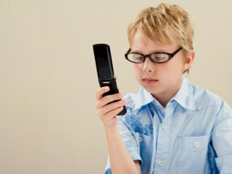 Босс позвонил домой своему сотруднику, но ребенку по телефону пришлось сказать нечто забавное!