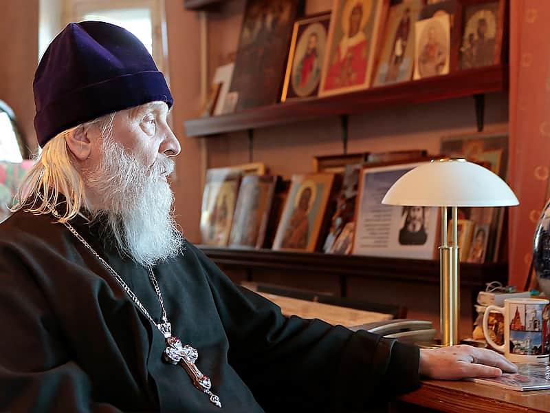 Мужчина, пахнущий пивом, сидел рядом со священником. Их разговор стоит прочесть!