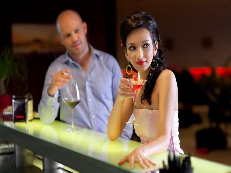 Мужчина и женщина одновременно празднуют в баре, но причина каждого – это нечто!