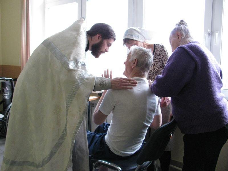 Родители спрашивают священника, как жить лучшей жизнью, но оказываются застигнутыми врасплох его ответом!