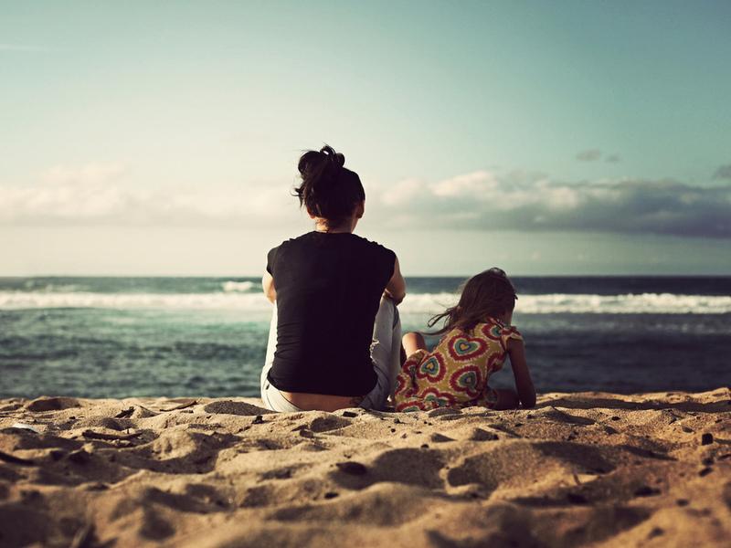 Женщина продолжала встречаться с таинственной девочкой на пляже. Реальность просто перевернет твою душу!