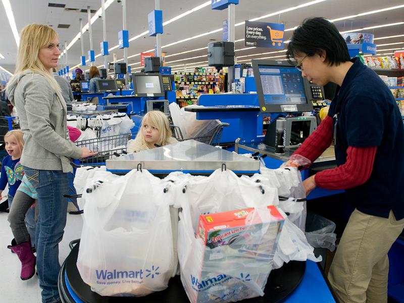 Большая семья должна была отдать весь заработок мужа за продукты. Но, они были ошеломлены, когда кассирша это сделала!