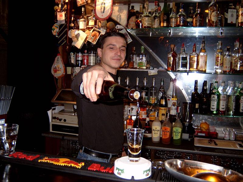 Парень в баре рассказывает невероятное о пиве, но поступок дамы лучше не повторять!