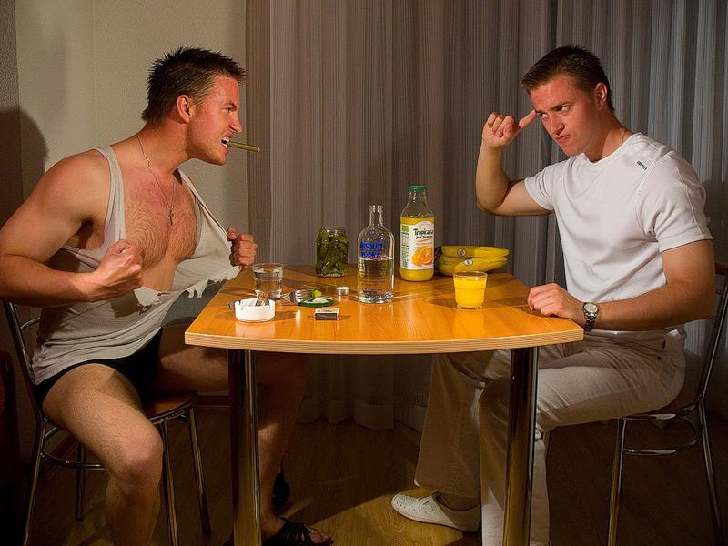 Два друга говорят о том, чтобы избежать гнева своих жен. Вариант второго друга – это нечто!