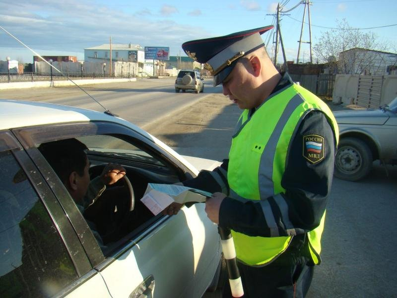 Полицейский остановил его за превышение скорости, но потом его жена выдала это!