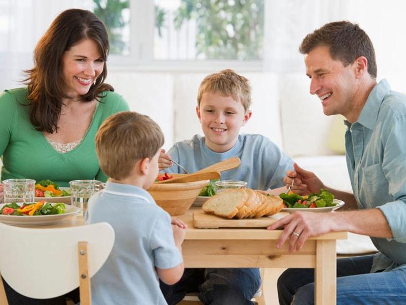 Папа с сыном отлично провели день и объелись, когда мама позвала их на ужин. Это очень ценный урок!