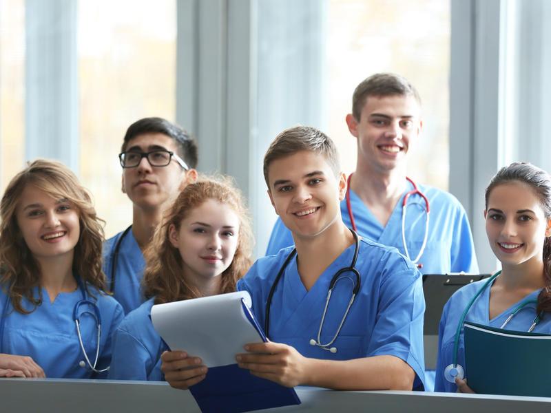 Два студента-медика пытаются угадать проблему этого старика. Но, реальность тебя повеселит!