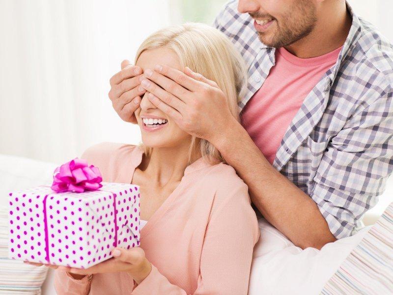 Этот мужчина дарит лучший подарок на день рождения своей жене изменнице. Это бесценно!