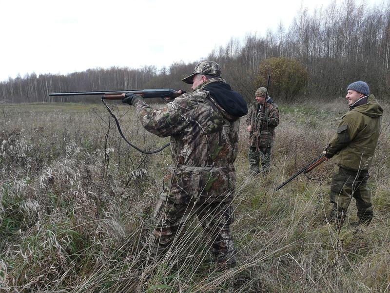 Два охотника находятся в лесу, когда один из них внезапно падает. То, что произошло дальше – нечто!