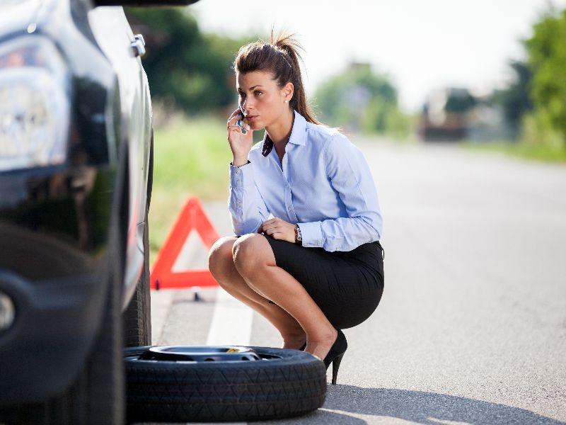 Женщина пробила колесо на шоссе, но ее решение этого вопроса довольно удивительно!