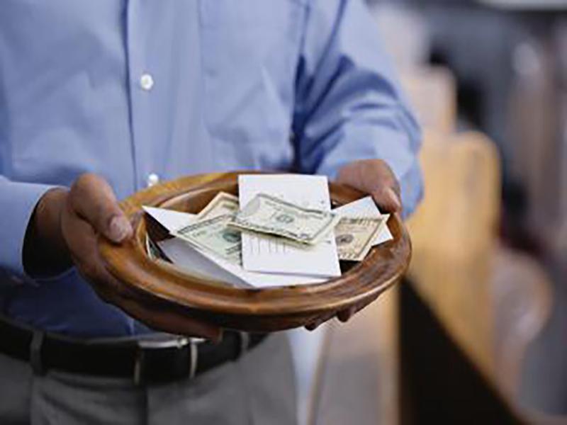 Каждое воскресенье маленькая старушка кладет 1000 долларов в тарелку. Узнай причину!