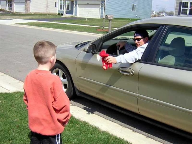 К мальчику подъехал мужчина в машине и начал приглашать сесть в нее. Ответ парнишки – нечто!