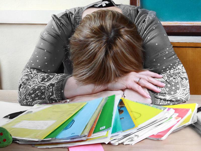 Он смотрел на свою учительницу самыми умоляющими глазами, так как его домашнее задание было не сделано до конца. Причина этого душераздирающая!