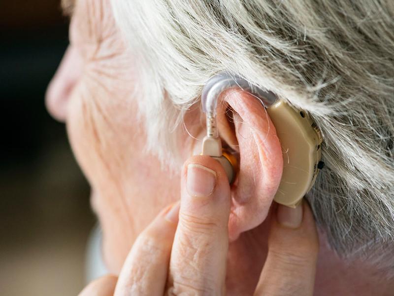 Пожилой мужчина ставит себе слуховой аппарат, но то, что он делает дальше, — самое смешное!