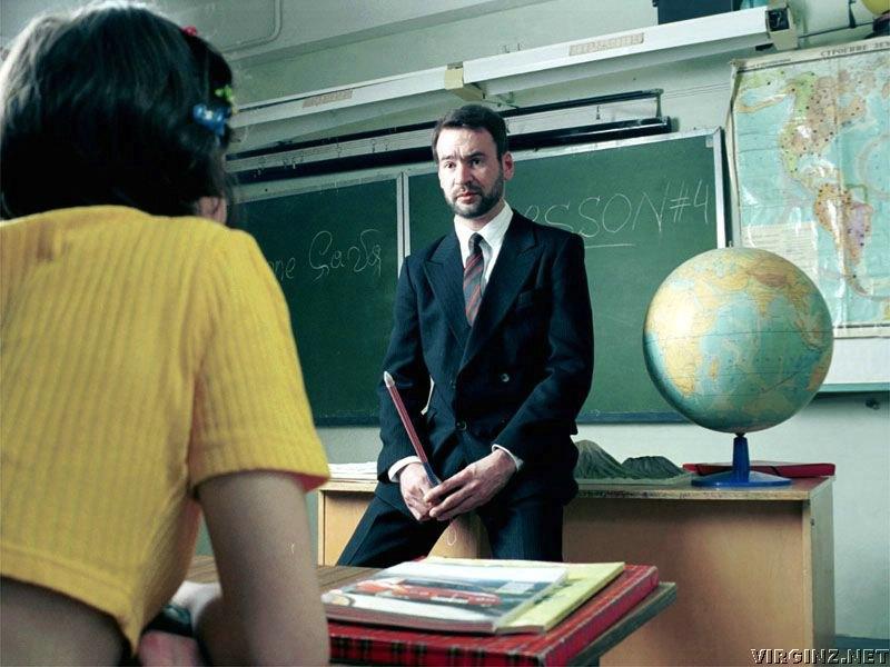 Студентка флиртует со своим учителем для сдачи экзамена, но не ожидает такого ответа!