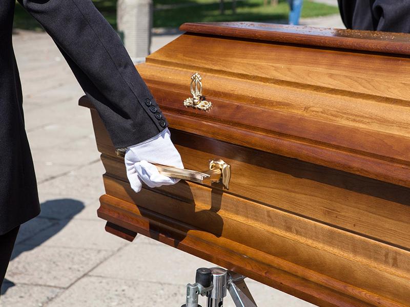 Этот мужчина нес на голове гроб. Только послушай, что он ответил полицейским!