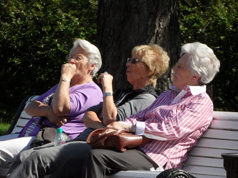 Три пожилые дамы утверждают, что они могут угадать возраст старика. Подождите концовку!