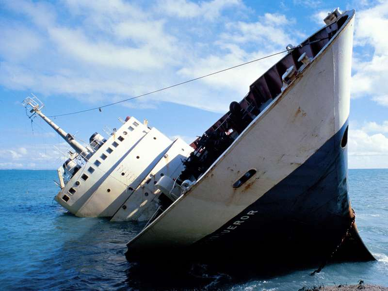 Мужчина решился на очень странный поступок, когда произошло крушение корабля!