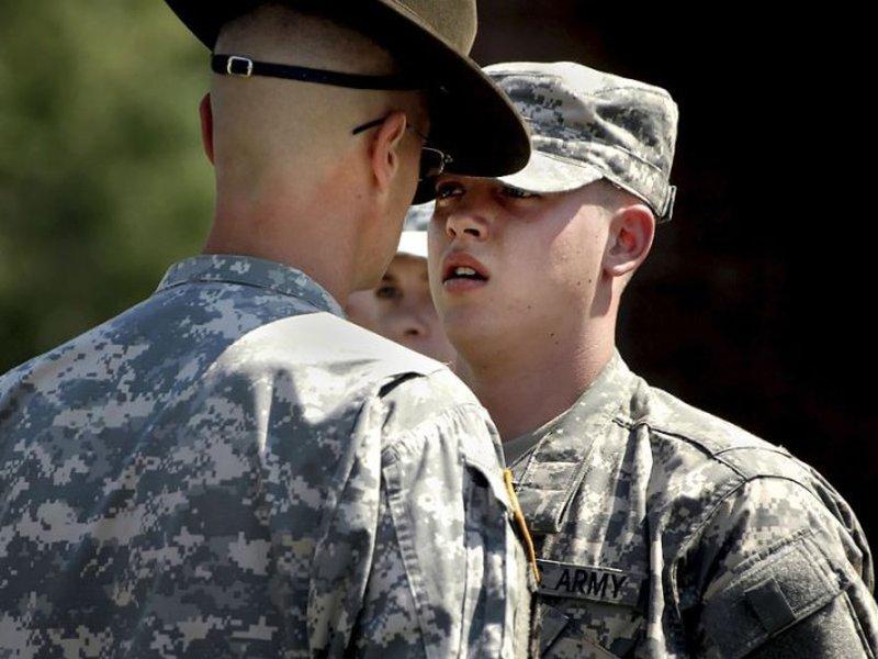 Этот новобранец просит у своего сержанта винтовку, но то, что он получает вместо нее, тебя удивит!