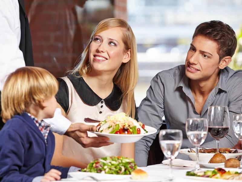 Маленький мальчик ловит своего отца с другой женщиной. Но история, которую он рассказывает за ужином, самая сумасшедшая!