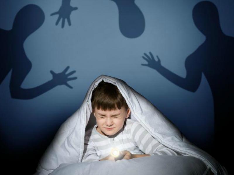 Маленький мальчик боялся темноты. То, как он вышел из положения – супер!