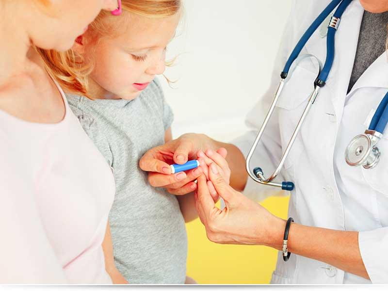 Двое детишек плачут возле клиники. Причина этого тебя заставит улыбнуться!