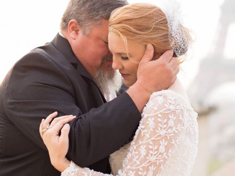 Невеста помещает лучший подарок в руки отца в день свадьбы. Прочти, что это было!
