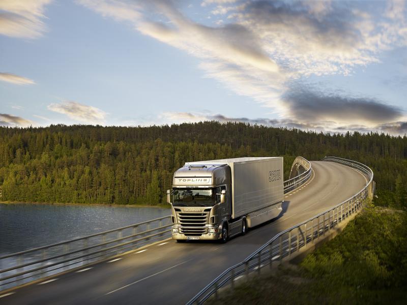 Водитель грузовика останавливает безрассудного водителя перед собой, но никогда не ожидал последствий…