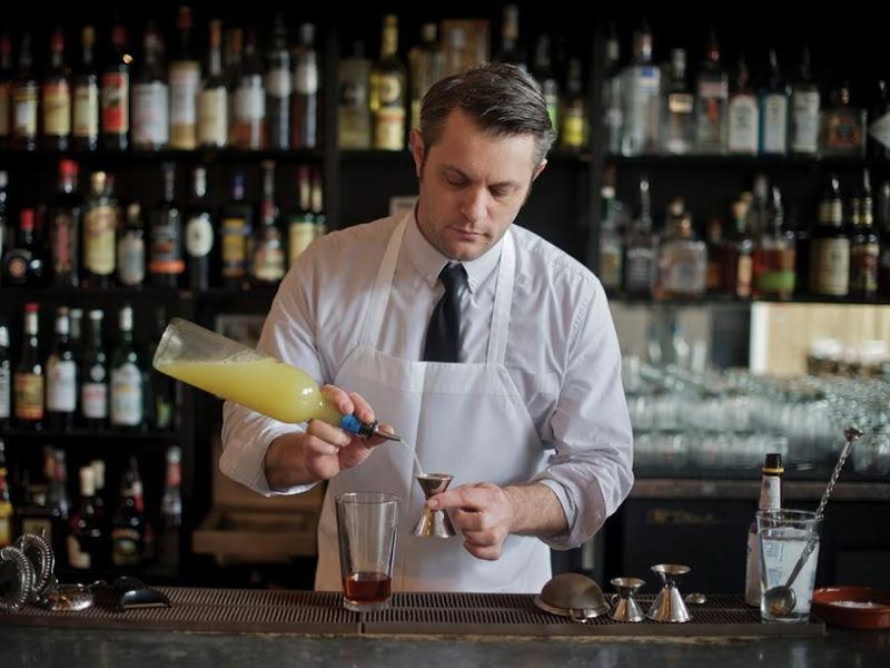 Мужчина делает сумасшедшую ставку с барменом, но результат совершенно неожиданный!