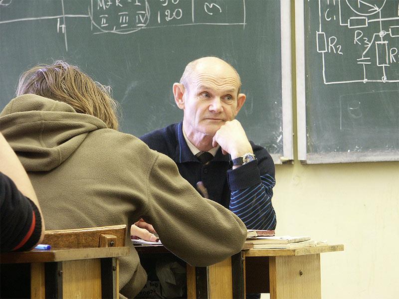 Нашёл очень правильный подход к этому преподавателю!